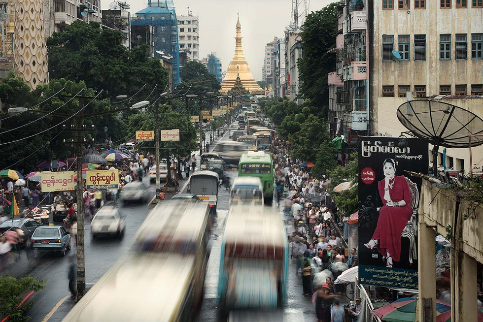 A street by the Sule Pagoda at rush hour in Yangon. (Gilles Sabrié)