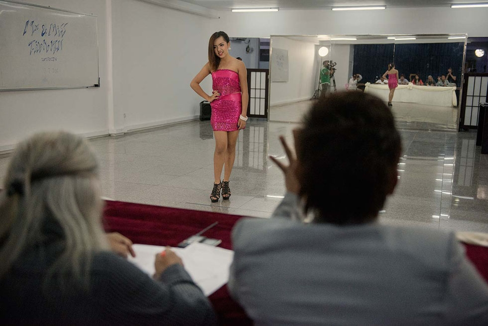 At the Taw Wyn shopping mall, in Yangon, a candidate for the Miss Taw Wyn contest faces her jury. (Gilles Sabrié)