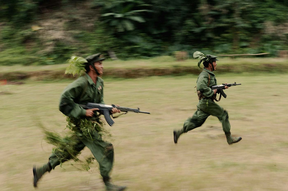 Young recruits of the Kachin Independent Army perform training exercises. (Gilles Sabrié)