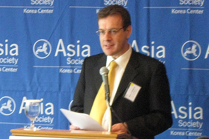 Branch Manager and Chief Operating Officer of Deutsche Bank (DB) Korea Michael Hellbeck speaking in Seoul on April 20, 2010. (Asia Society Korea Center)