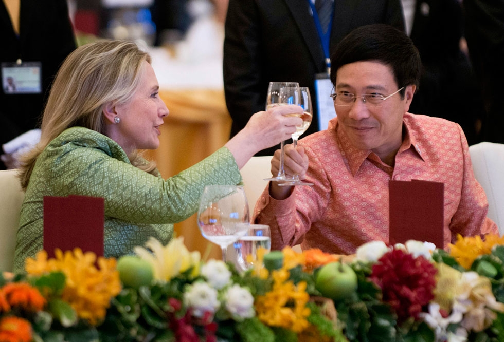 US Secretary of State Hillary Clinton toasts Vietnamese Minister of Foreign Affairs Pham Binh Minh during the ASEAN Gala Dinner at City Hall in Phnom Penh on July 12, 2012. (Brendan Smialowski/AFP/GettyImages)