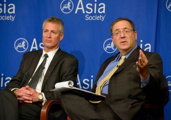William Plummer (L) is the current Vice President of Huawei Technologies and David Sanger (R) is chief Washington correspondent for the New York Times. (Elsa Ruiz/Asia Society)