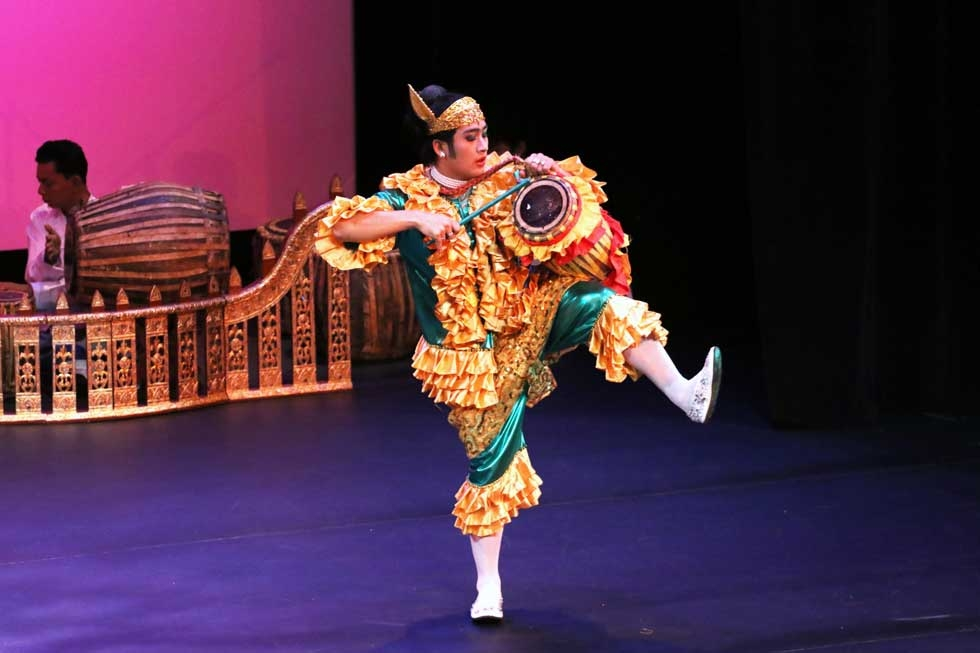 A member of Myanmar's Shwe Man Thabin troupe performs at Asia Society New York on April 11, 2015. (Ellen Wallop/Asia Society)