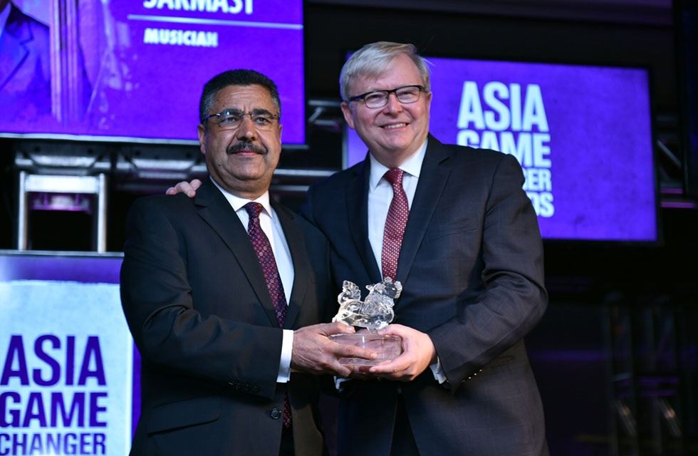 Kevin Rudd (R) presents Ahmad Sarmast with his Asia Society Asia Game Changer award at the United Nations in New York on October 27, 2016. (Jamie Watts/Asia Society)