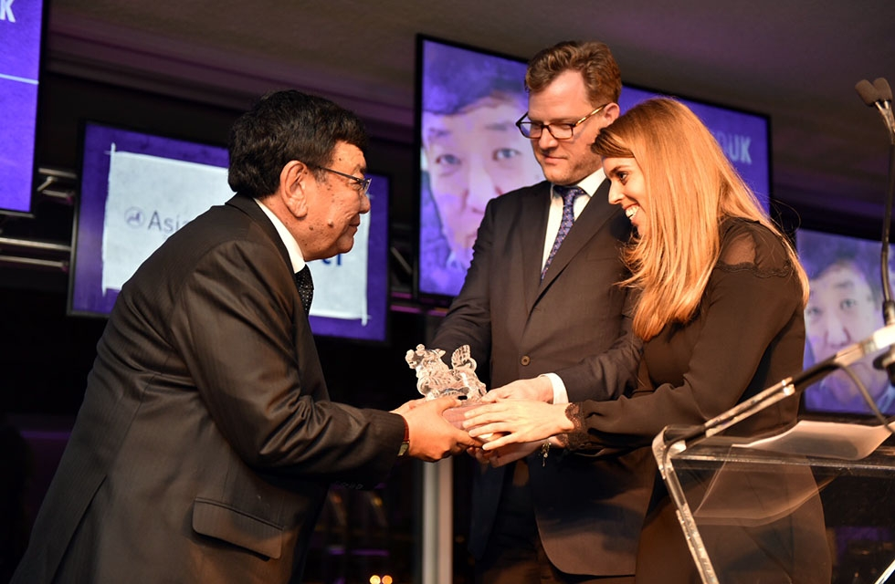 Sanduk Ruit accepts his Asia Society Asia Game Changer award at the United Nations in New York on October 27, 2016. (Jamie Watts/Asia Society)