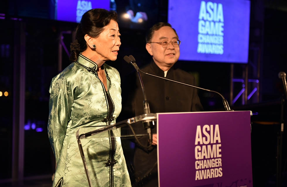 Lulu Wang (L) and Ronnie Chan (R) present an award at the Asia Society Asia Game Changers awards at the United Nations in New York on October 27, 2016. (Jamie Watts/Asia Society)