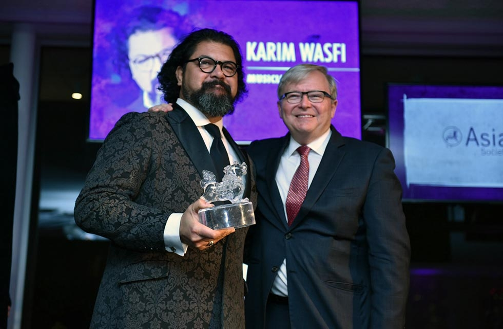 Karim Wasfi (L) receives an Asia Game Changer Award from Kevin Rudd (R) at the United Nations on October 27, 2016. (Jamie Watts/Asia Society)