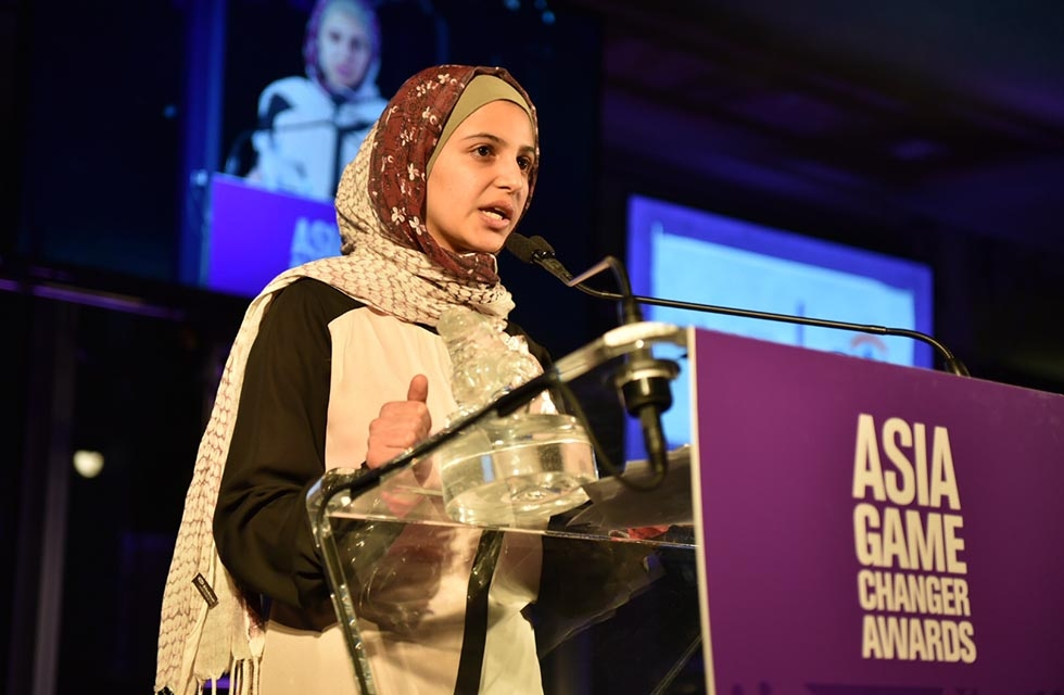Muzoon Almellehan accepts an Asia Game Changer award at the United Nations on October 27, 2016. (Jamie Watts/Asia Society)