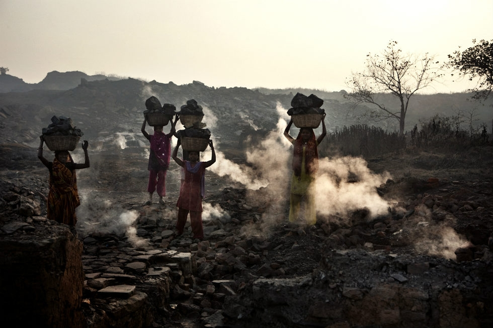 Women steal coal from the Dhanbad area. (Erik Messori)