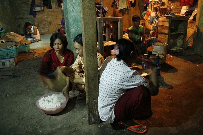 Jakarta, Bukit Duri. Preparing Dinner. They live as a small community in this place. (henri ismail/Flickr)