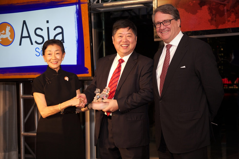 Zhang Minxuan, center, receives his Asia Game Changer Award from Lulu Wang and Warwick Smith. (Ann Billingsley/Asia Society)