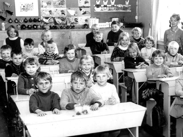Black and white photo of students in classroom. (Leo-setä/flickr)