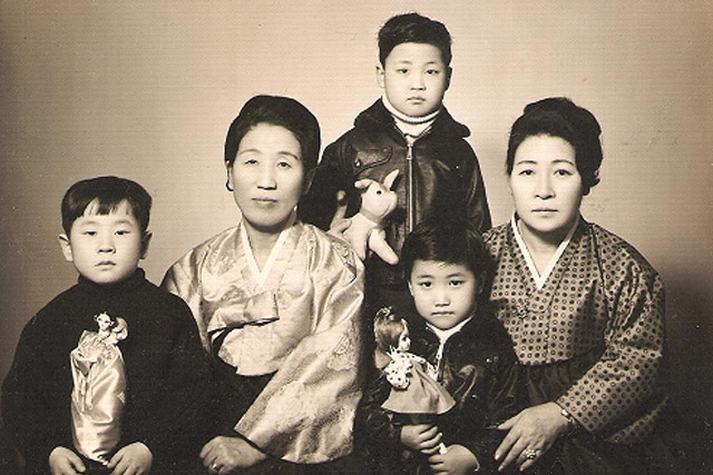 A Korean family portrait. (bloodcurdlingscreams 2.0/flickr)
