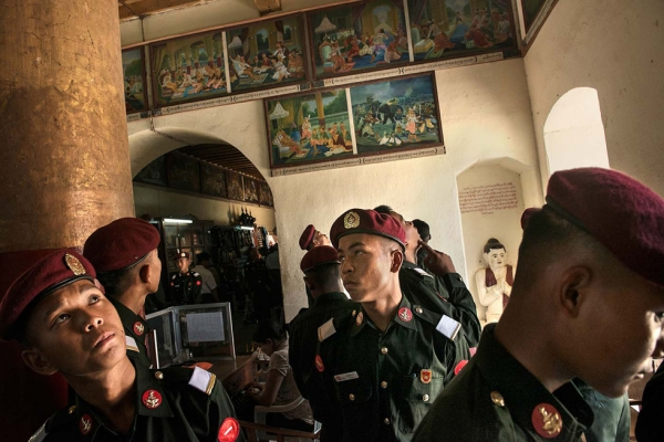 Student officers from Monywa Military Academy on a tour in Bagan. (Gilles Sabrié)