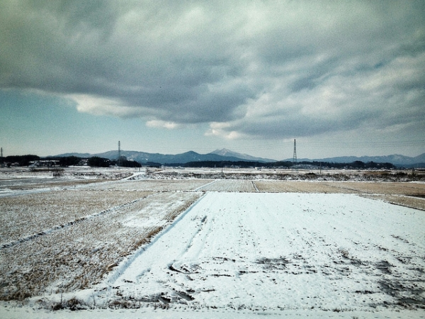 A view of the snow-covered countryside from a train heading to Tokyo, Japan on January 16, 2013. (lestaylorphoto/Flickr)
