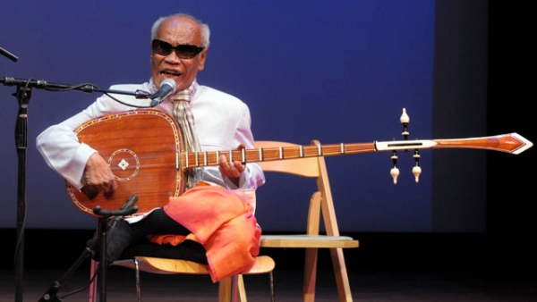 Cambodian chapei dong vong (long-neck guitar) player Kong Nay performs at Asia Society New York on April 20, 2013. (Elsa Ruiz/Asia Society)