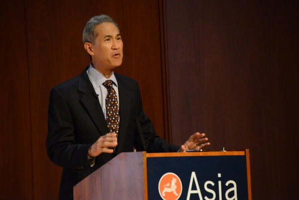 Thomson Reuters anchor Fred Katayama, discussion moderator, speaks at Asia Society New York. (Kenji Takigami/Asia Society)