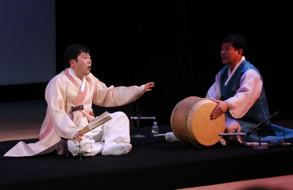 Lim Hyeun-bin (L) accompanied by Lee Tae Baek (R)  on buk (barrel drum) at Asia Society New York on April 12, 2014. (Ellen Wallop/Asia Society)