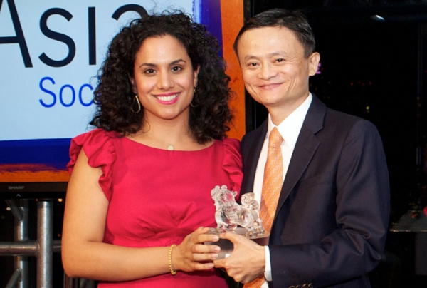 Ellie Azghandi, a New York City educator, presented Jack Ma with his Asia Society Asia Game Changer award. (Ann Billingsley/Asia Society)
