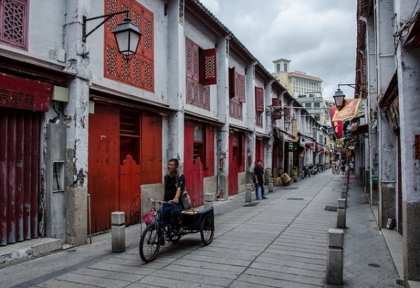 A view of a narrow pedestrian walkway in Macau on May 2, 2015. (cotaro70s/flickr)