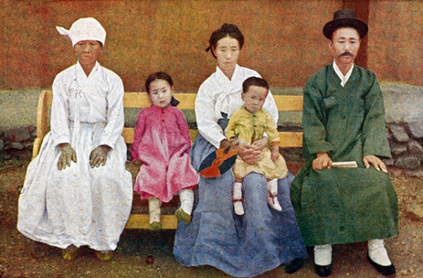 """Traditional family clothing."" 1915-1930. (Hinode Shoko/New York Public Library)"