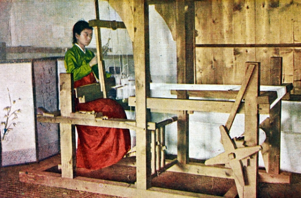 """Traditional loom."" 1915-1930. (Hinode Shoko/New York Public Library)"