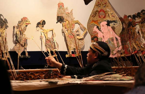 Puppet master Ki Midiyanto performs Déwa Ruci (Bima's Spiritual Enlightenment) at Asia Society in New York on May 14, 2016. (Ellen Wallop/Asia Society)