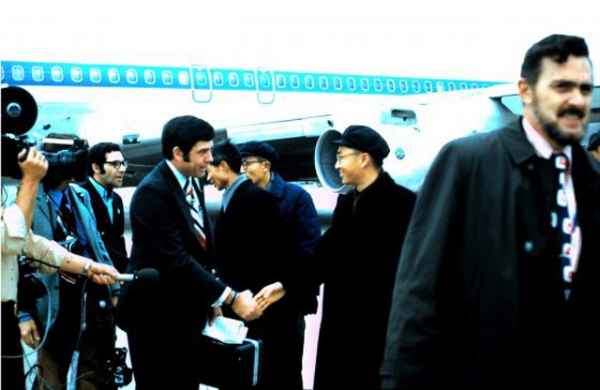 CBS News correspondent Dan Rather arrives in Beijing in Feb. 1972. (Courtesy Ed Fouhy)
