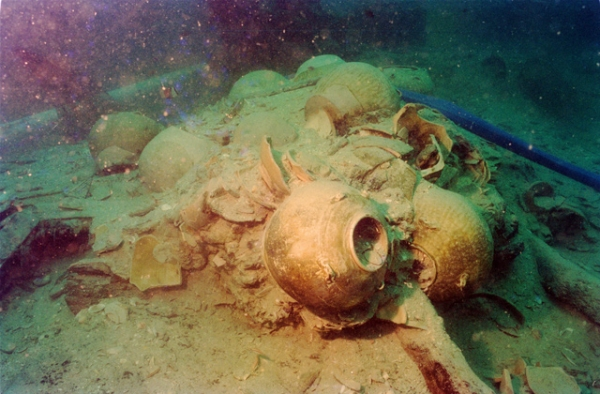 A group of storage jars at the site of the wreck off Belitung Island (Michael Flecker)