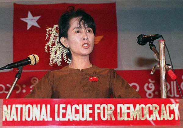 Aung San Suu Kyi addresses a gathering of supporters at her residential compound in Yangon, Burma on January 4, 1997. (David Van Der Veen/AFP/Getty Images)