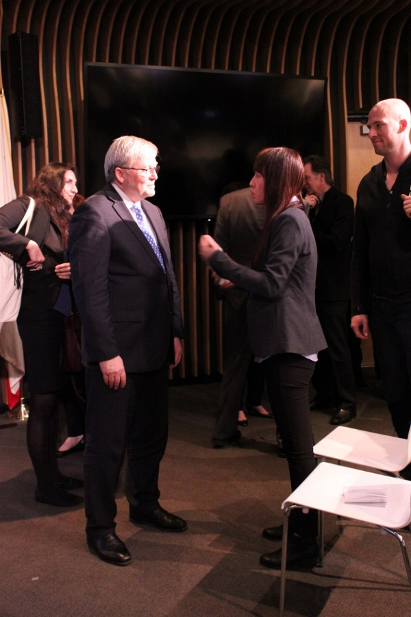 Several audience members speak with the Honorable Kevin Rudd one on one after the event. (Asia Society)