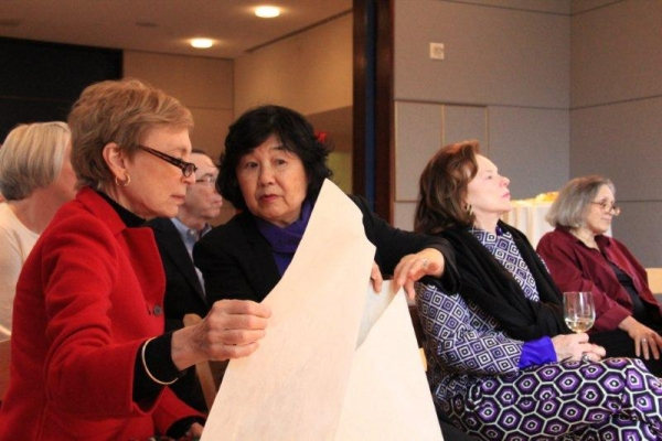Patrons examined different paper textures and styles. (Lainey Yang/Asia Society)