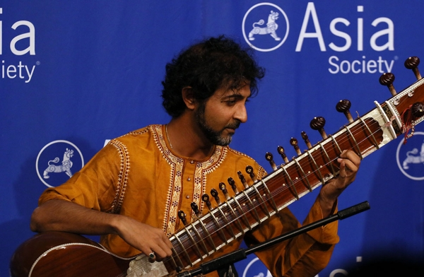 A performer at Asia Society's Best Asian Pacific American Employer Awards Ceremony. (Ellen Wallop/Asia Society)