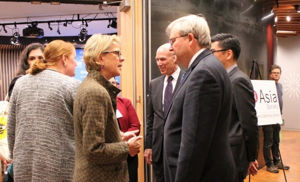 Marsha Vande Berg of JSNC speaks with The Honorable Kevin Rudd upon his arrival. (Asia Society)