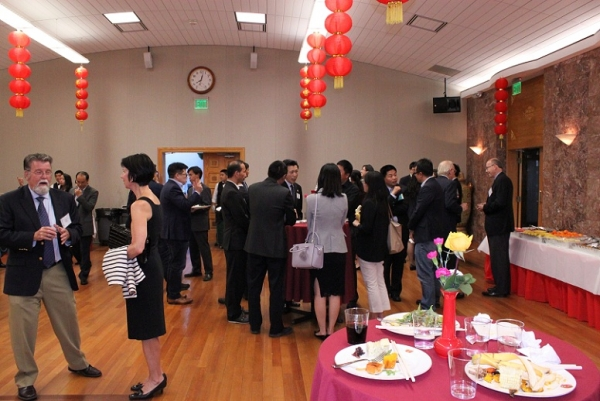After the remarks, attendees helped themselves to a delicious buffet dinner courtesy of the Consulate General of the People's Republic of China in San Francisco. (Asia Society)