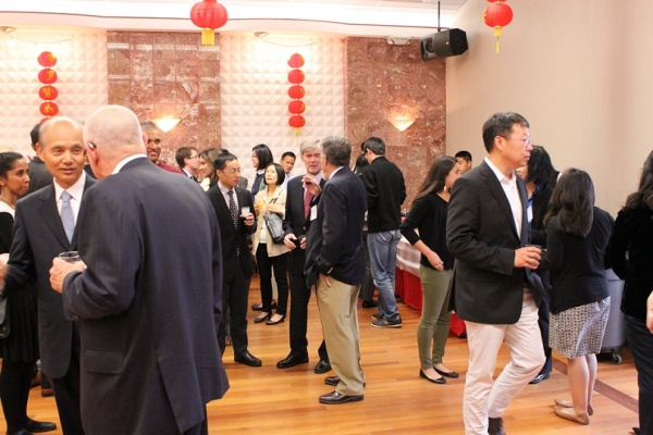 ASNC individual and YPG members mingle with guests from the Chinese Consulate and Chinese Entrepreneur Association. (Asia Society)