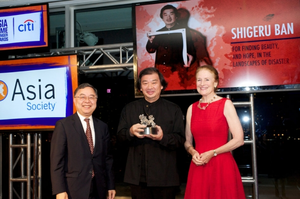 Shigeru Ban, center, receives his Asia Game Changer Award from Ronnie Chan and Henrietta Fore. (Ann Billingsley/Asia Society)