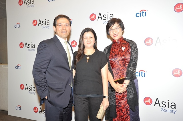 (L to R) Ali Naqvi, Amna Tirmizi Naqvi, Helen Chen at Asia Society's second annual Art Gala on May 12, 2014. (Asia Society Hong Kong Center)
