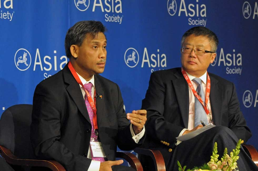 Henry Bensurto (L) of the Department of Foreign Affairs of Philippines and Huang Jing (R) of the Lee Kuan Yew School of Public Policy at the opening panel on March 13, 2013. (Elsa Ruiz/Asia Society)