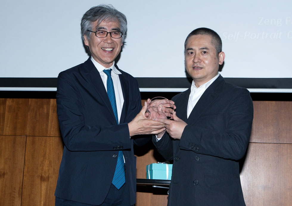 Fumio Nanjo (L), Director, Mori Art Museum, presenting Zeng Fanzhi with his award. (Eric Powell/Asia Society)