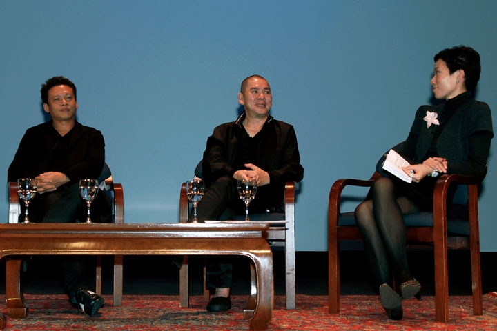 Tsai Ming-Liang (C) discusses his creative process with Lee Kang-Sheng (L) and Asia Society's La Frances Hui (R) at Asia Society New York on Nov. 15, 2009. (Barbara Nelson)