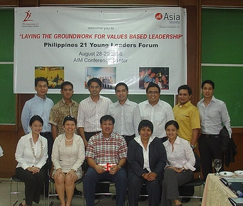 The Philippines 21 Class of 2008 with Mayor Jesse Robredo on August 28, 2008. (Asia Society Philippines Center)