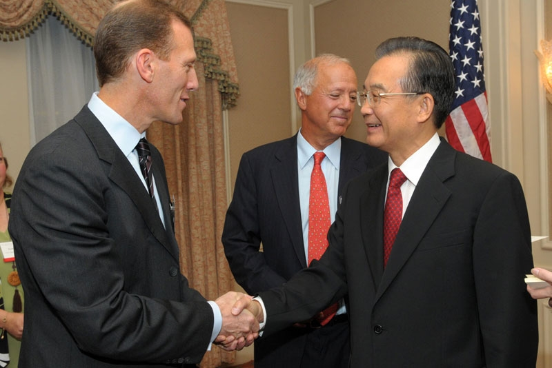 Asia Society's Jamie Metzl (L) shakes hands with Chinese Premier Wen Jiabao (R) at Waldorf-Astoria on September 22, 2010. (Elsa Ruiz/Asia Society)