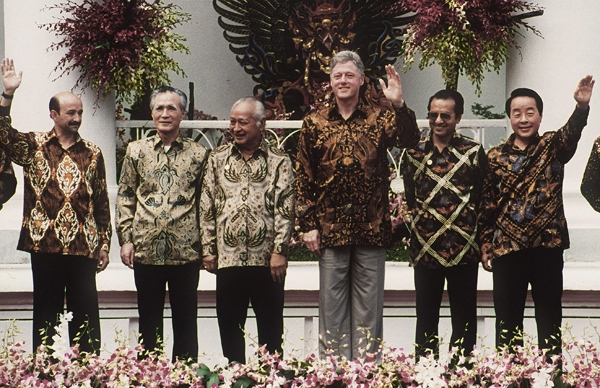 BOGAR, INDONESIA:  APEC leaders in traditional Batik tunics for the official photo during the 6th APEC summit in Bogar, Indonesia. November 25, 1994. (Toru Ymanaka/AFP/Getty Images