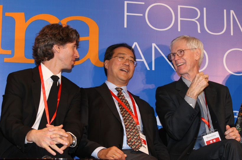 Orville Schell (R) speaks to Damian Woetzl (L) and Yo Yo Ma at the opening ceremony of the US-China Forum on the Arts and Culture in Beijing on Nov. 17, 2011. (Dong Lin)