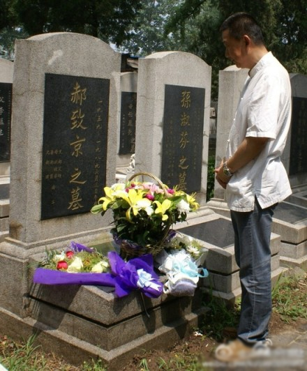 A man visiting the tomb of Hao Zhijing, a graduate of the University of Science and Technology of China who was killed during the June 4 incident.