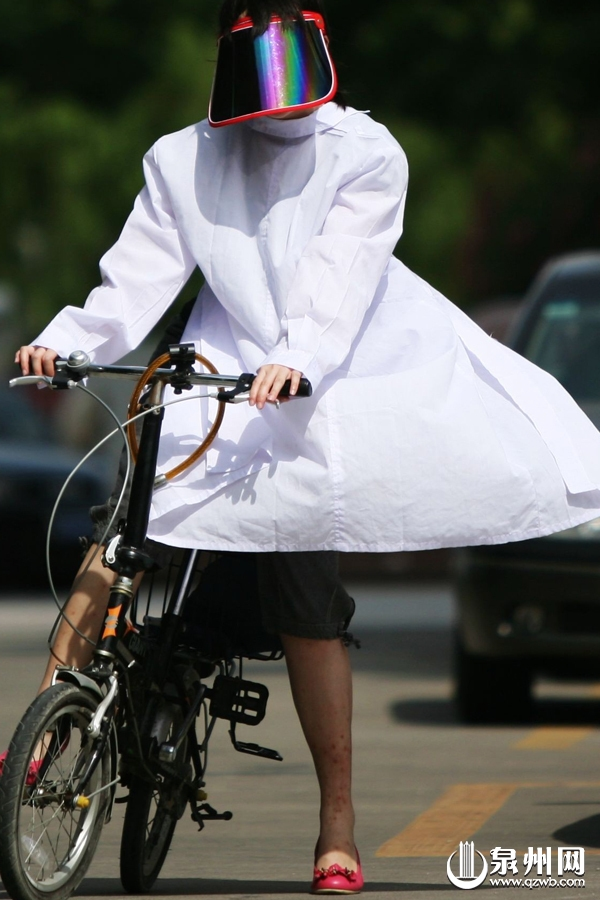 A woman dressed in sun visors and a lab coat. (Quanzhou Web)