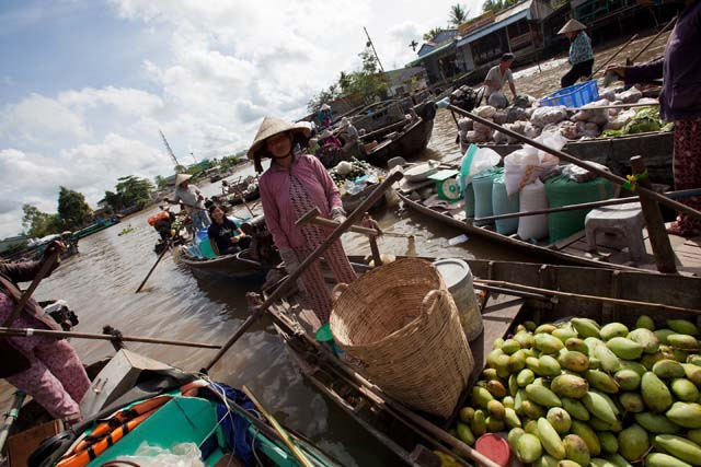 Mangoes are among the many fruits sold at the floating market. (Hélène Franchineau)