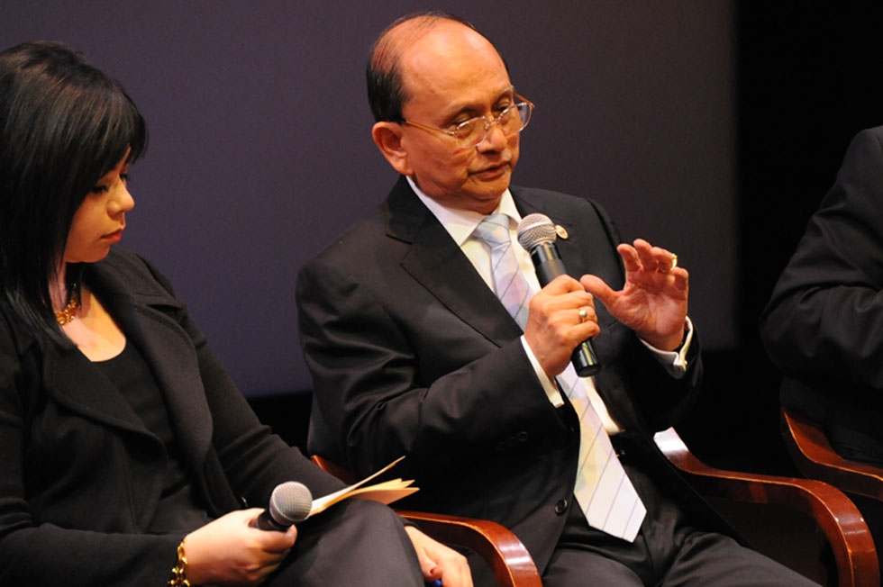 Myanmar President Thein Sein answers questions from moderator Suzanne DiMaggio (L) at Asia Society in New York,  Sept. 27, 2012. (Kenji Takigami/Asia Society)