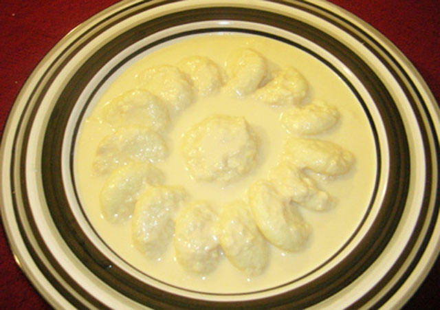 Rossomalai, clotted cream and sweet curd. (banglafoodblogger/Flickr)